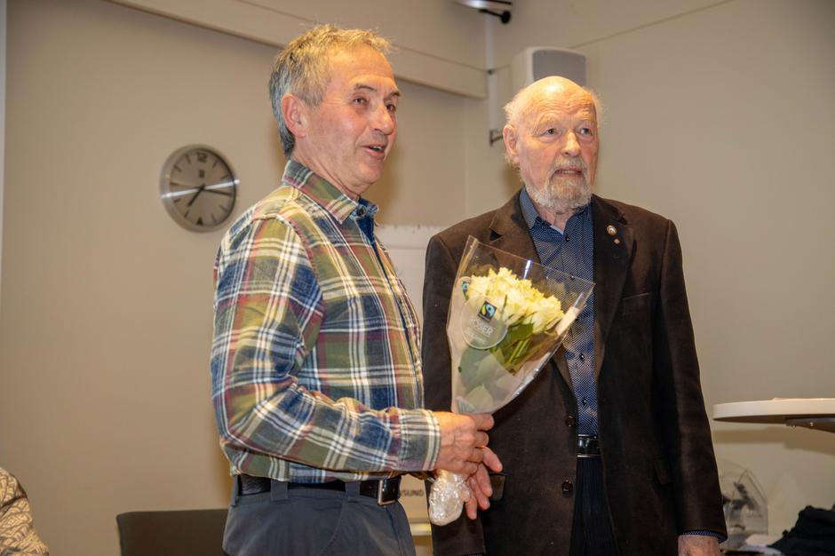 Johan Sættem (t.v.) fikk blomster av styreleder Eirik Gudmundsen for sin fantastiske dugnadsinnsats i 2019.