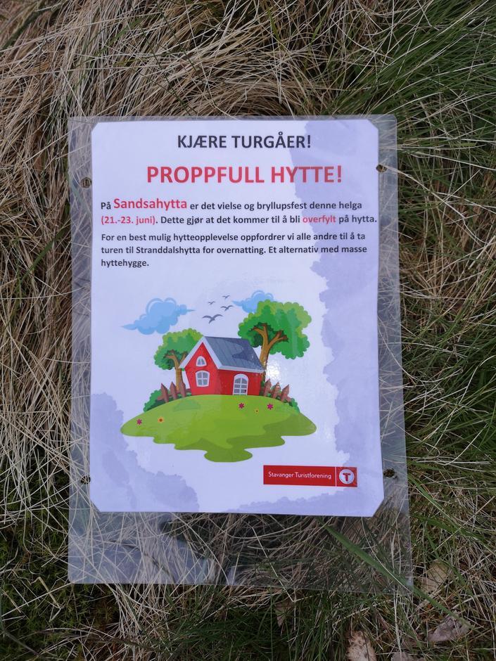 Brudeparet informerte andre turgåere om bryllupet deres ved hjelp av info-plakater i områdene rundt hytta.