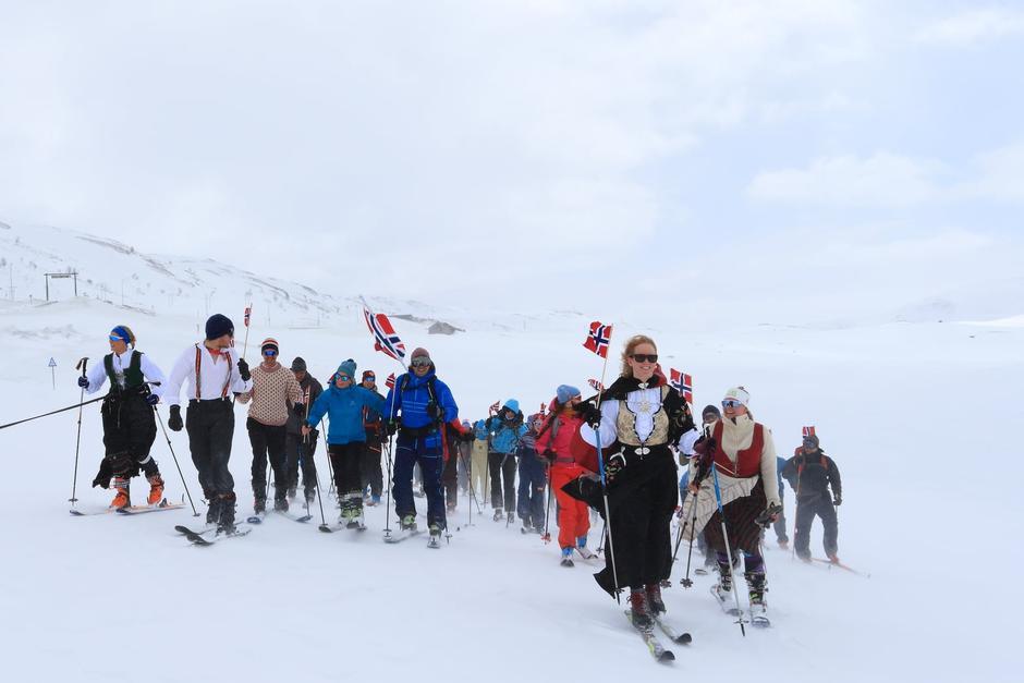 Tradisjonen tro inviterer vi til 17.mai-tog på fjellet (i år med god avstand)