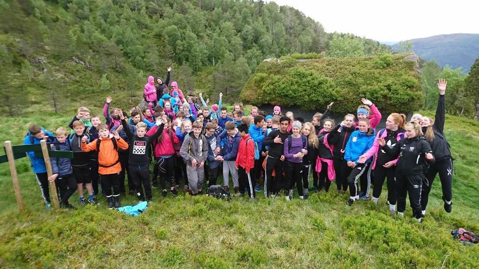 8. klassingar ved Halbrend skule i Førde på Opptur til Hornnesstølen.