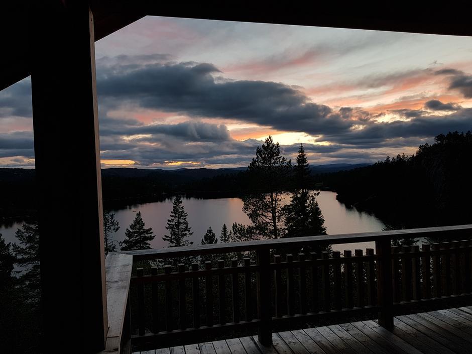 Kveldstemning fra verandaen på den nye sikringshytta ved Grunnetjørnsbu.
