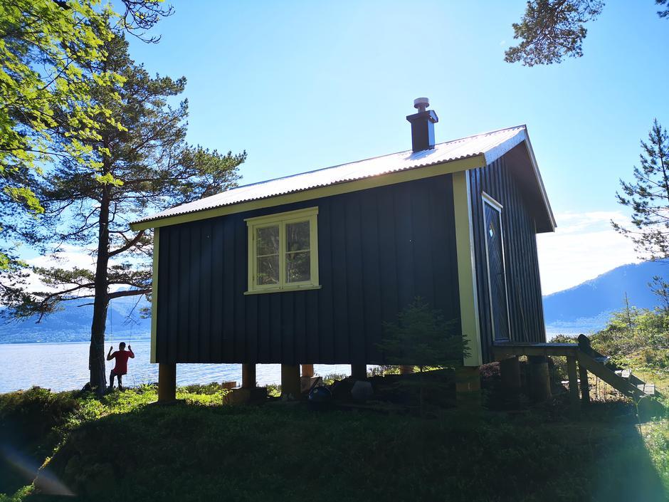 Veøystua ligger flott til ved sjøen på historiske Veøya.