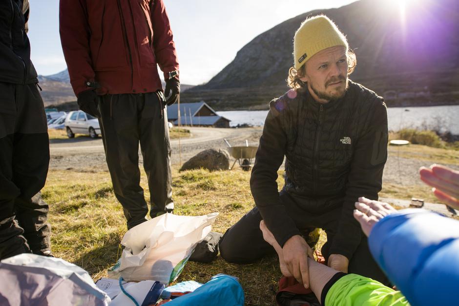 Kursholder Erling Rosenstrøm viser hvordan man legger tape på en forstuet ankel. Foto: Martin Innerdal Dalen