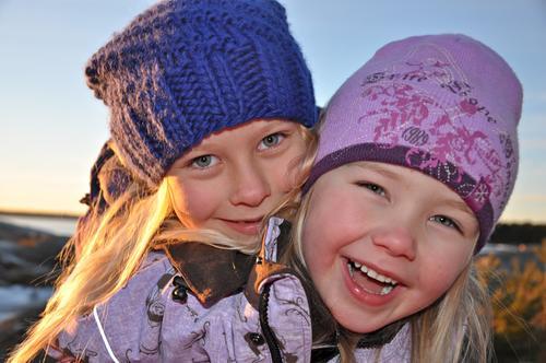 Barna koser seg på tur ved skjærgården i Østfold.