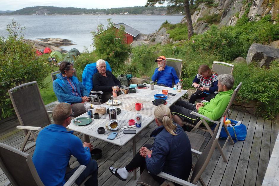 Middag på terrassen i Skjørsvika.