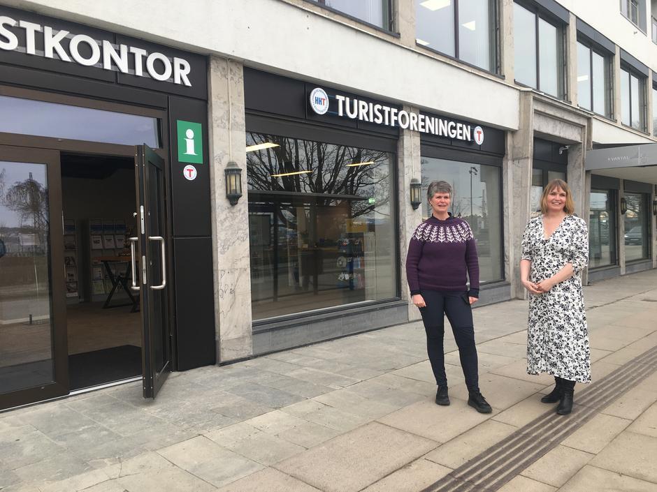 Reiselivssjef Kari Uglem (t.h.) og HHTs daglige leder Margrete Ruud Skjeseth utenfor de nye lokalene