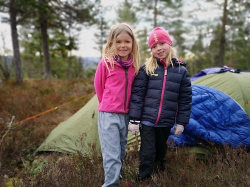 Sove ute, eller sove inne på hytta hvis man vil. Hengekøye eller telt.