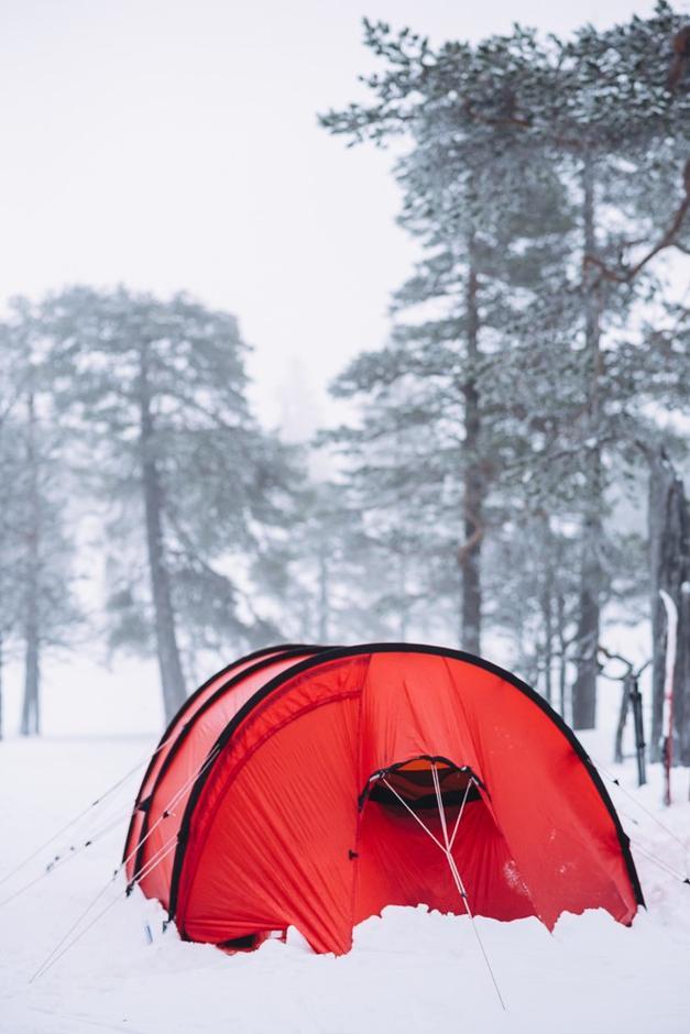 TELTET: En flortynn hinne av nylon skiller oss fra det behagelige, trygge livet innendørs og full vinter utenfor.