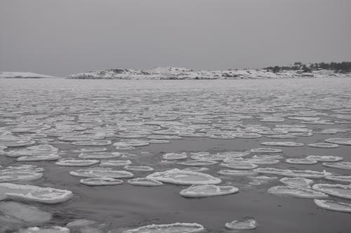 Isen kan legge seg langt til havs.