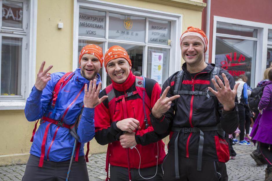 Tre glade karer etter å ha fullført 7-fjellsturen.