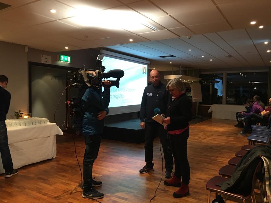 Christer Lundber Nes blir intervjua av NRK før foredraget.
