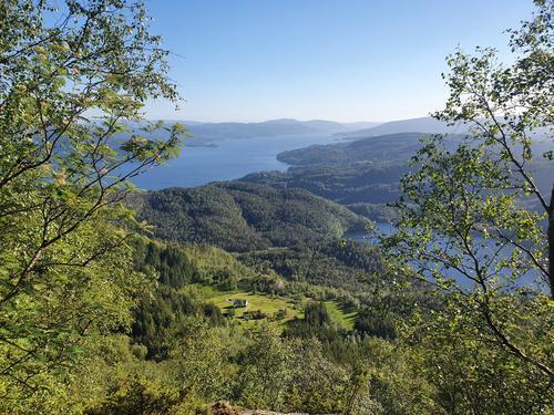 Utsikt frå trappene mot Husdalen, Husdalsvatnet og Osterfjorden