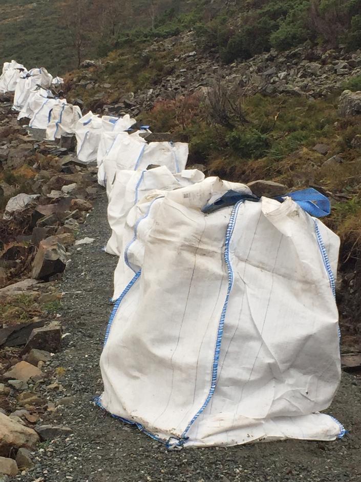 93 sekker og 15 store enkeltsteinar klar for helikoptertransport etter at dugnadsgjengen saman med sherpaene hadde fylt dei