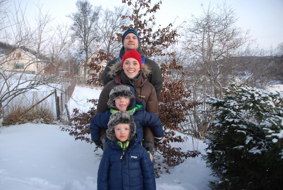 Pappa Fredrik, mamma Ingrid, Leonard Mikal (5) og Sivert Johan (3)