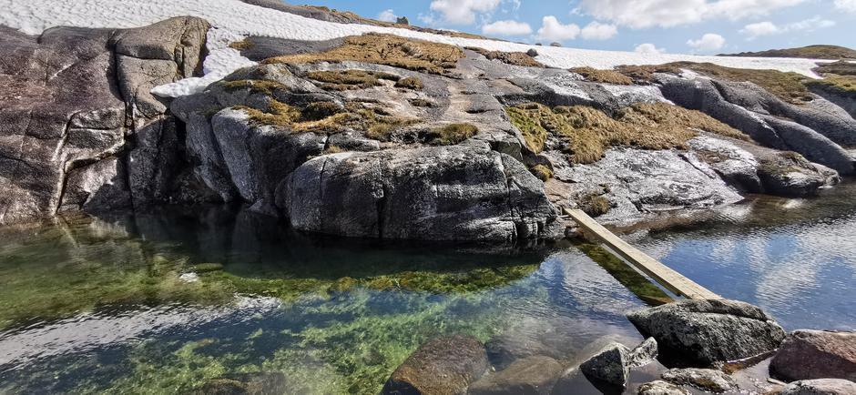 Broen til Børsteinen er på plass og mulig for fottur inn til hytta.  Kun 2 stk planker så litt enkel balanse må du utføre på veien over.  Evt kan du hoppe over steiner like nedenfor.