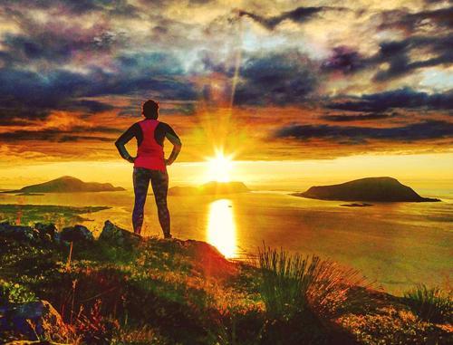Ikkje noko er finare enn å nyte solnedgongen frå ein fjelltopp. Bildet er tatt på Synnalandshornet ved Brattvåg
