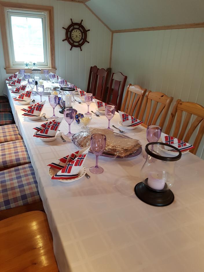 - og bordet var dekka ♫ ♫ ♪ ♫ ♪♪♫
