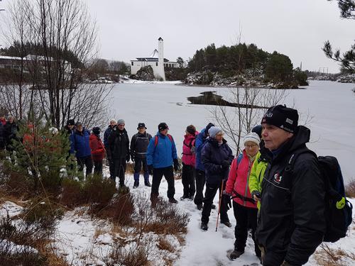 Ein turglad, kjekk gjeng på tur i vinterleg ver 17. januar 2018