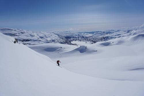 Nedkjøring fra Kyrkjenuten med utsikt over Slettedalen i Sauda påsken 2017.