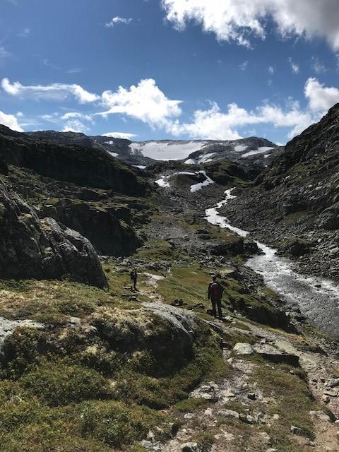 Siste kneik opp mot stikryss til Kaldavasshytta. Turstart 880 moh. Kaldavasshytta ligger på 1260 moh. Start på Vossaskavlen ses i bakgrunnen.