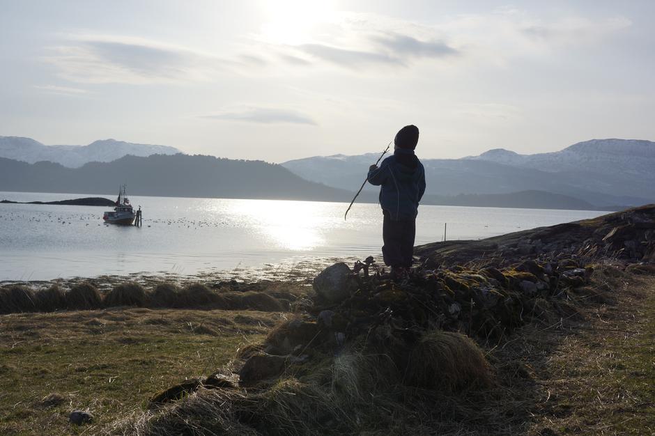 """En liten krabat skuer utover et """"urørt"""" hav. Slik håper Harstad Turlag det vil fortsette å være rundt Rogla!"""