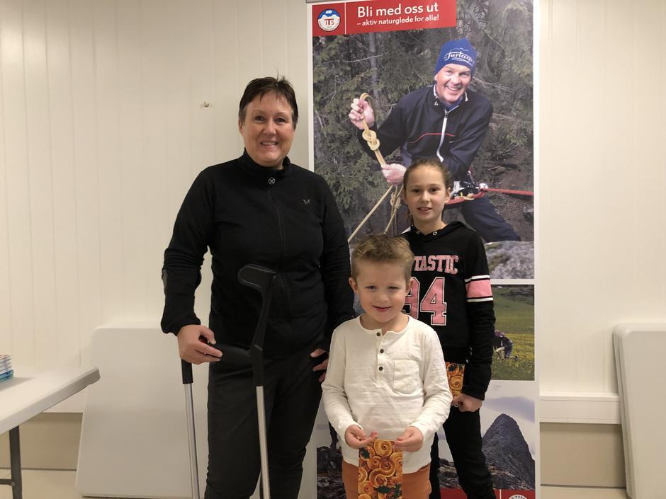 Tre av vinnarane i årets TiTur Indre Sunnfjord fekk overrekt gåvekorta på årsmøtet: Liv Karin Stokkeland (t.v.), William Boge og Jenny Hafstad Ottesen.