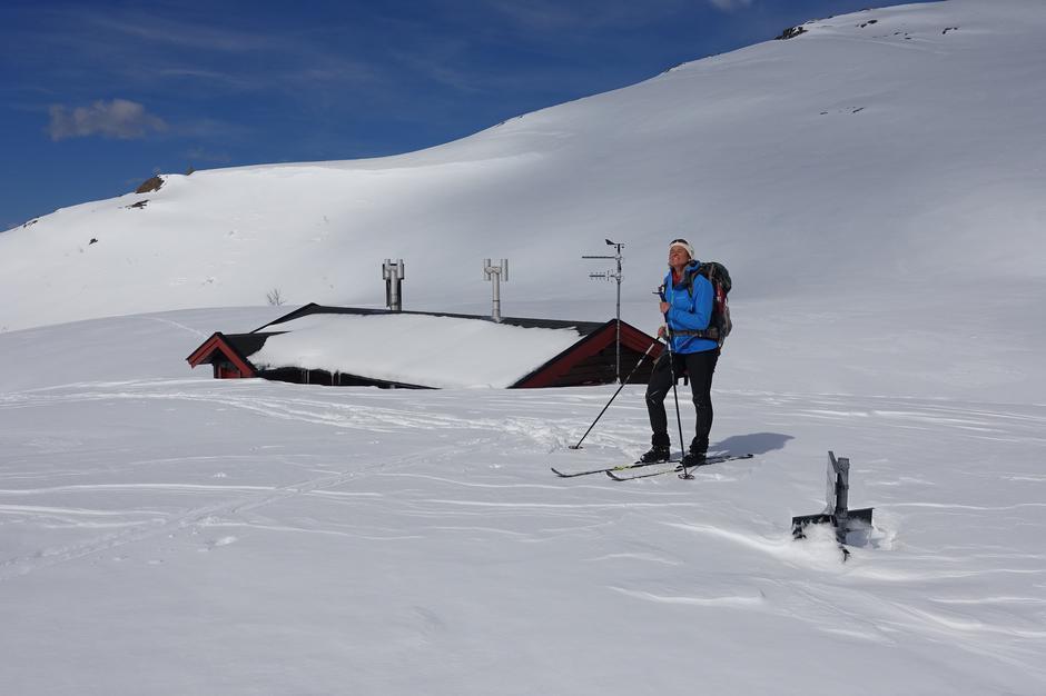 Snytindhytta er allerede åpnet for booking og besøk, og ikke siden hytta ble bygget i 1993 har det vært like mye snø i fjellet. Og hvert fall ikke på selveste nasjonaldagen!
