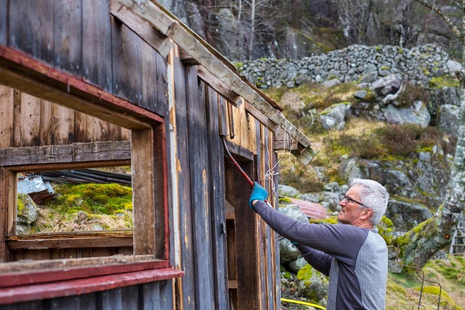 RIVING: Daglig leder Preben Falck tok i et tak med rivingen av uthuset.