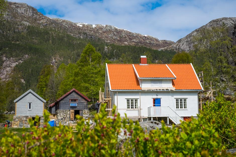 MEKTIG: Bak gården ligger Lyngsheia, og den vakre Skurvedalen. Her er det haugevis av fine turmuligheter.