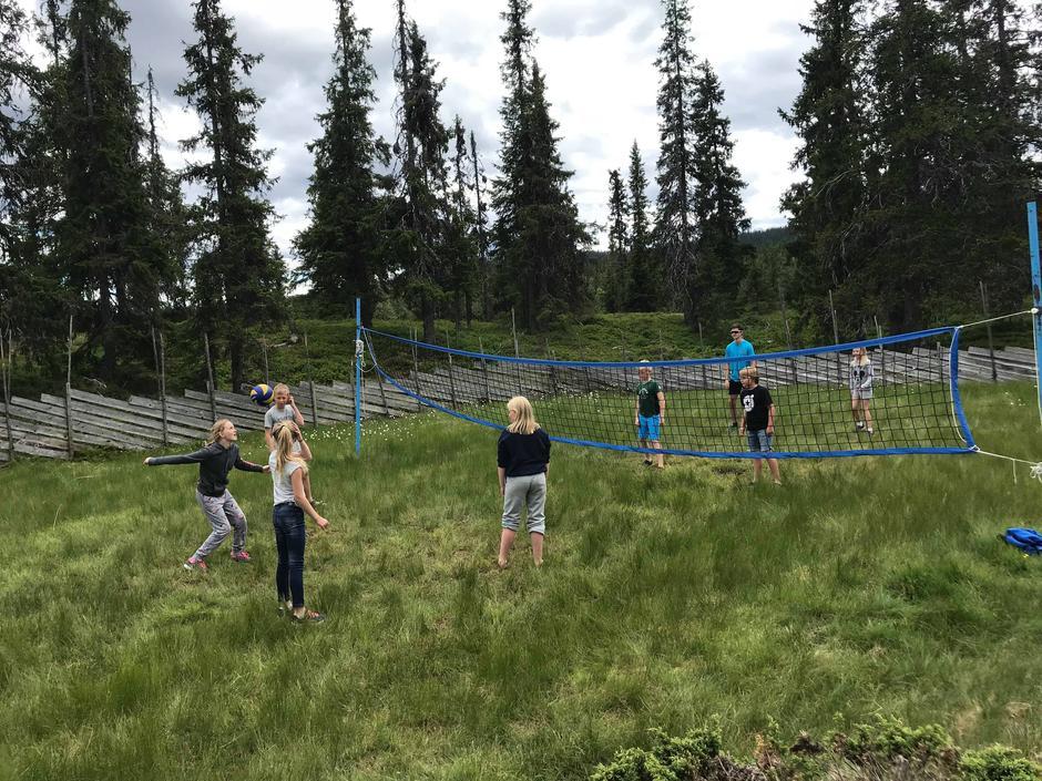 Volleyballbana på Åkersætra blir flittig brukt.