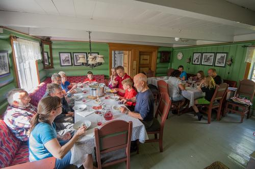 Mat må man ha! Juniorer og seniorer i skjønn forening på dugnad i Innerdalen