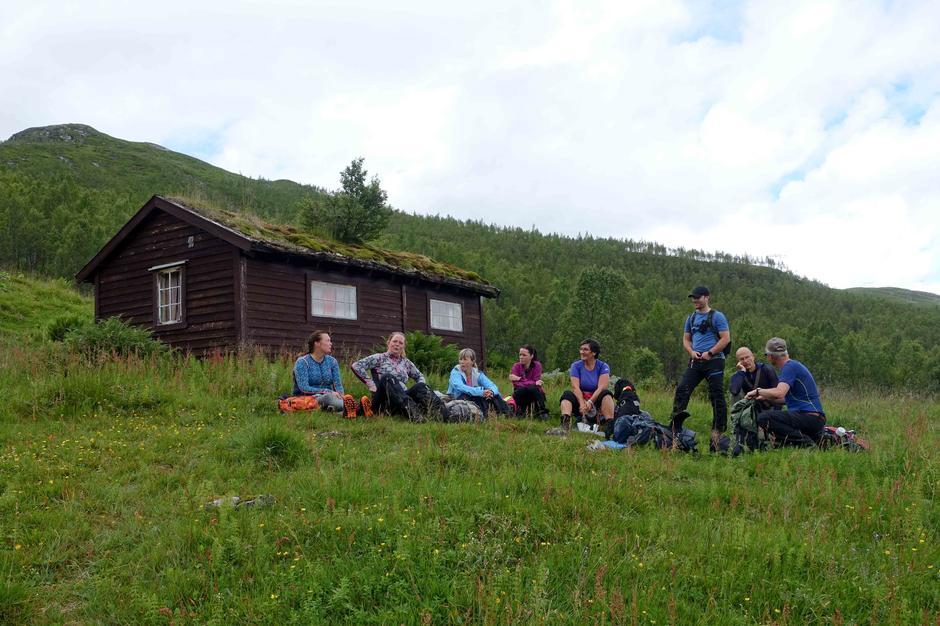 Tur til Li og Ormsete: Pause ved stølen Li i Fardalen.