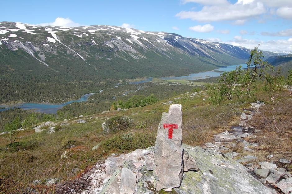 Utsikt ned mot Sota Sæter. Bildet er tatt fra stien opp mot Tverrådalskyrkyrkja.