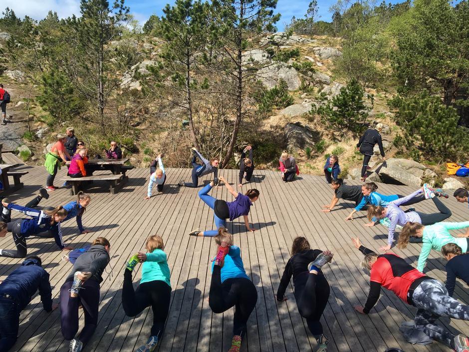 Yoga på toppen av Stoltzekleiven