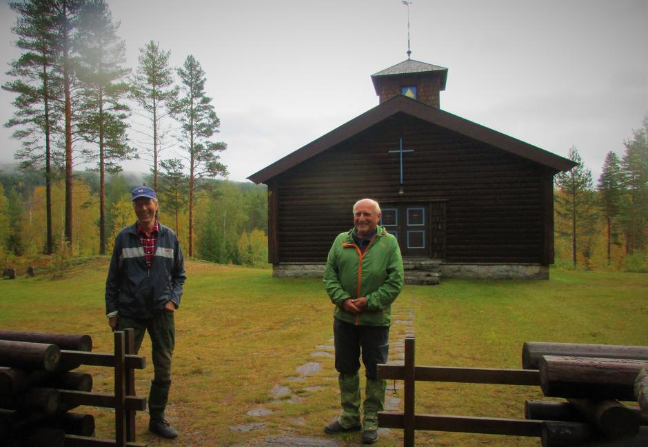 Per Maribo og Erik Monserud ved kapellet i Strømsoddbygda.