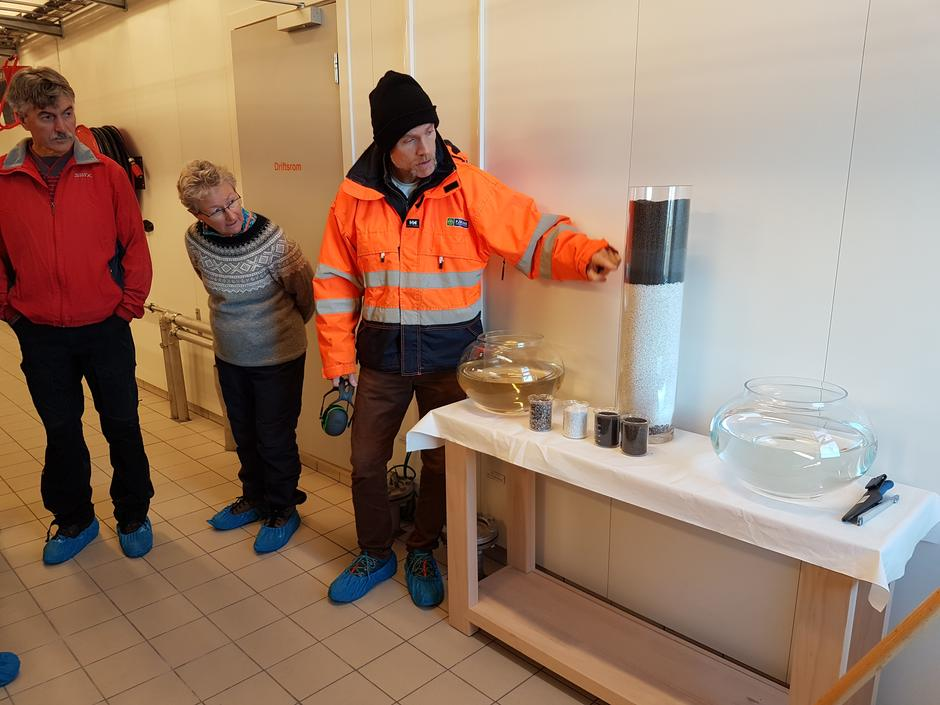 Stig Hagenes viser oss rensemåten for vatnet.