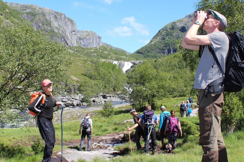 Befaringen langs Storåna 26. juni i forbindelse med utbyggingsplanene for Storåna kraftverk samlet over 20 personer. Kikkerten ble flittig brukt for å se på de mange fossene som detter ned langs de bratte fjellsidene.