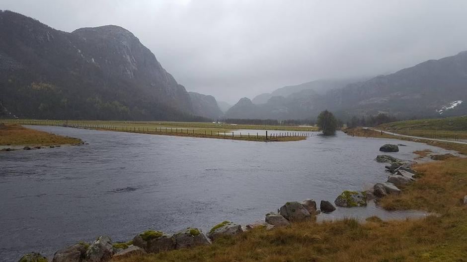 Vinddalen 3. oktober 2017. Når en ser så mye vann må en ikke prøve å gå til Skåpet.
