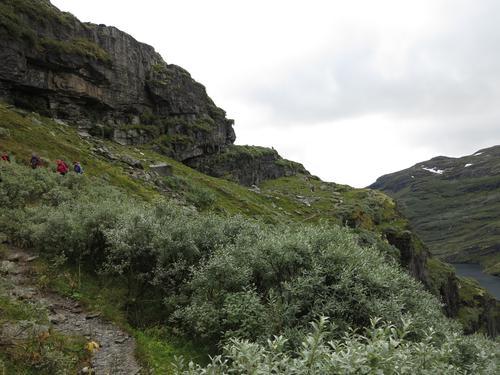 Fra Geiterygghytta går man forbi en nedlagt turisthytte. Stien går så i bratt terreng, hvor stien kan være gjørmete og noe dårligere enn resten.