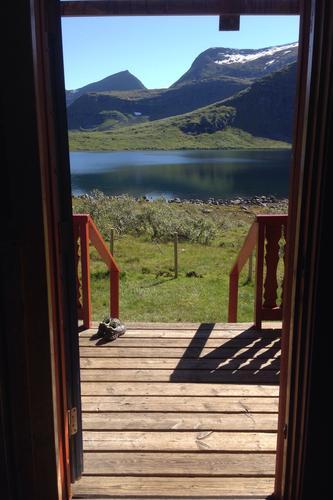 Gjett om ein får lyst til å springe ut i det fri, fjellheimen lokkar !Nydelig og varm dag på DNT hytta på Måsvassbu
