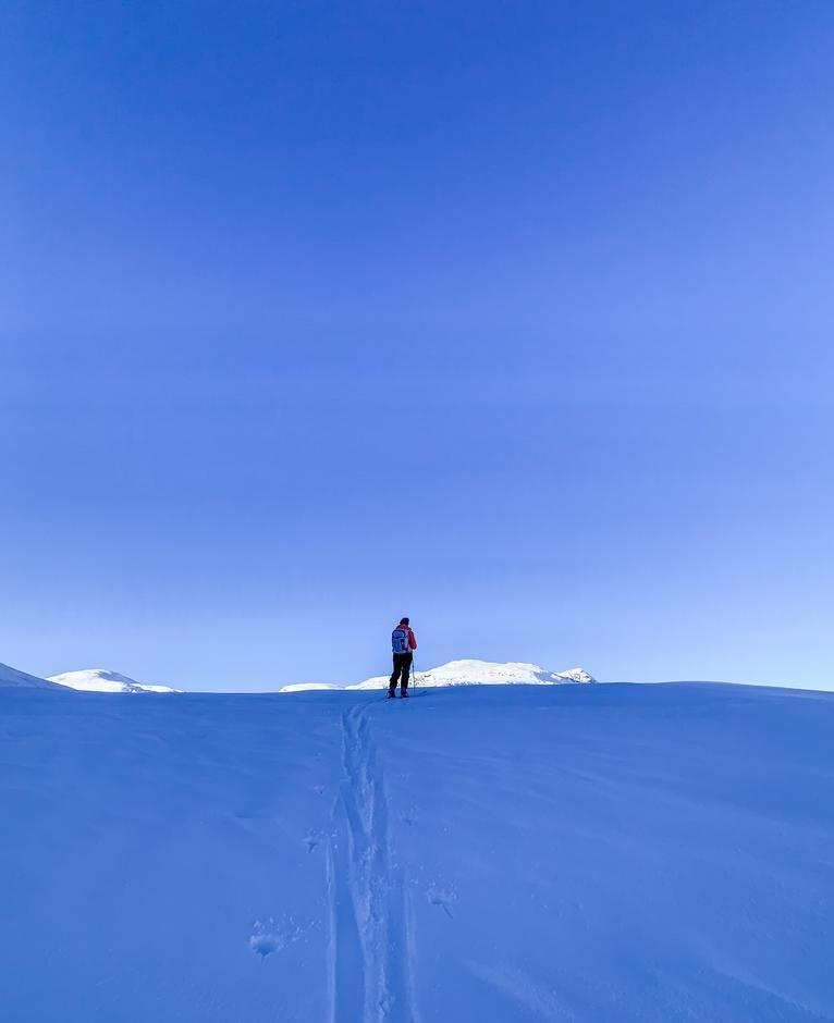 Magisk på fjellet med blå himmel, sol og skikkelig vinterkulde