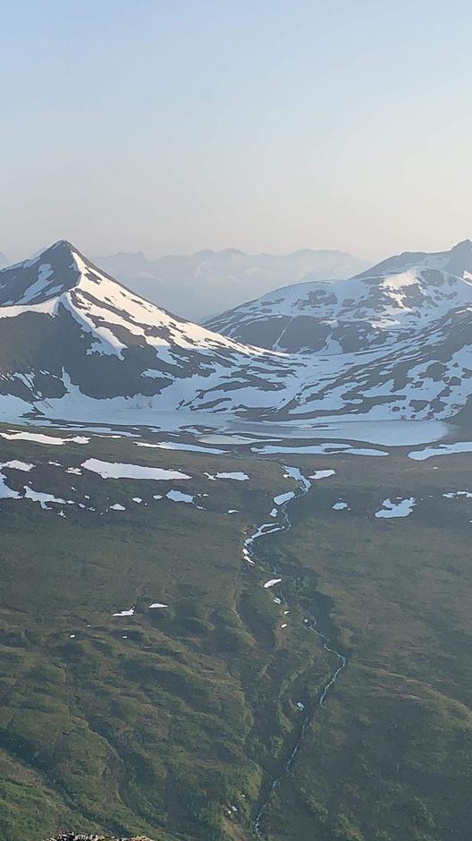 25.06.2020: Utsikt fra Skrokkenfjellet mot Såtevatnet, retning Skorgedalsbu. Fortsatt mye snø rundt Såtskaret, Såtskarvatnet og Ljøsådalshytta. Mye snøgåing og vading.