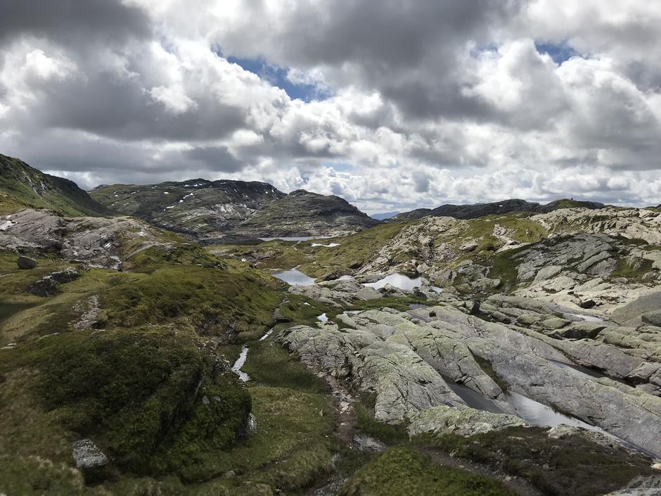 Fint og variert terreng etter Høgdi (900 moh). Øvre Dukavatnet (ca 820 moh) skimtes bakerst.