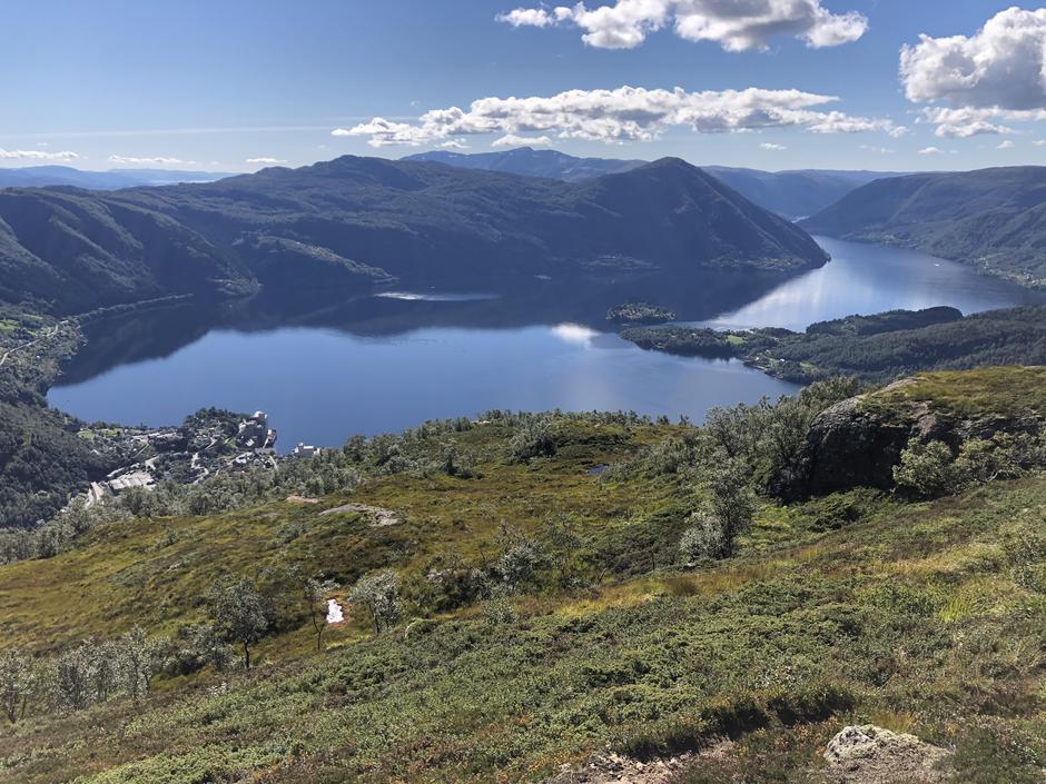 Utsikt ned til Vaksdal. Hananipa og Gullfjellet i bakgrunnen.
