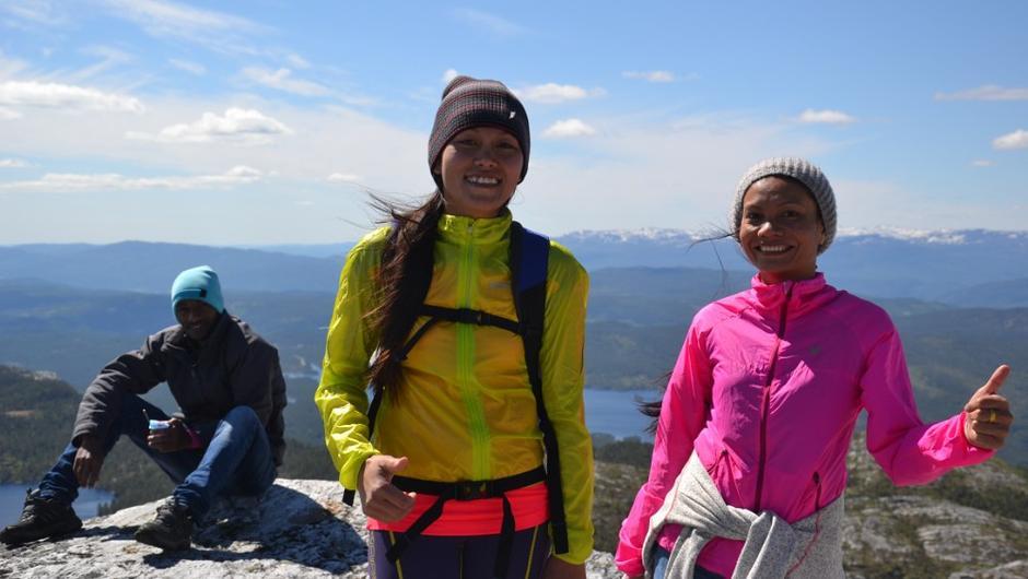 I juni deltok over 70 ivrige turgåere på Til Topps i Telemark. Saovalak Gudbrandsstuen hadde besøk av søsteren Siriwan fra Thailand, som for første gang i sitt liv så snø.