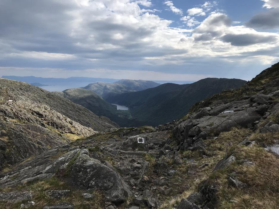 Torsdag 3.6: På vei til Sveningen (843 moh). Utsikt ned mot  Øvredal og Øvredalsvatnet. Os-Viddo til høyre i bildet.