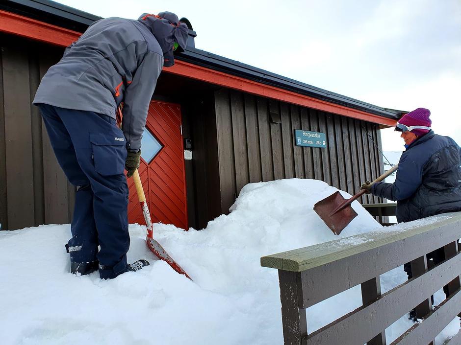 Anders og Kirsti måker frem døra til Ringvassbu.