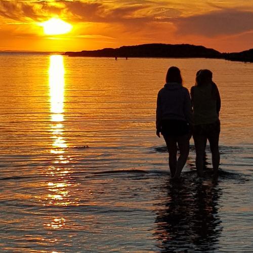 Vi skulle se på solnedgangen ved koster og min flotte familie står foran meg . Da knipser jeg og får dette flotte bildet. Elektrisk bilde