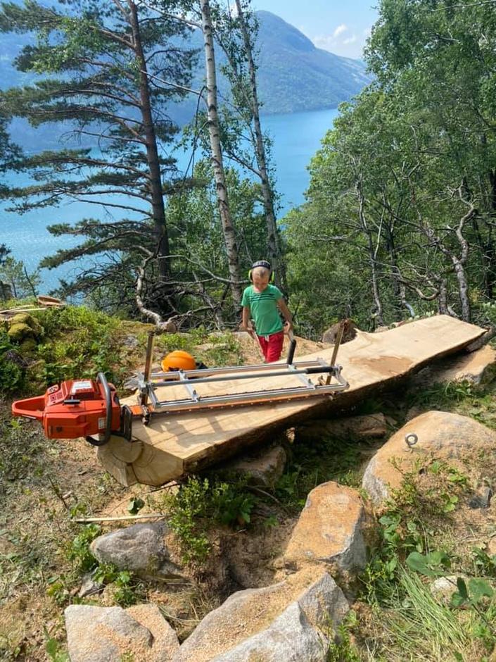 Bygging av nytt eikebord på Bakken gard tidligere i sommer