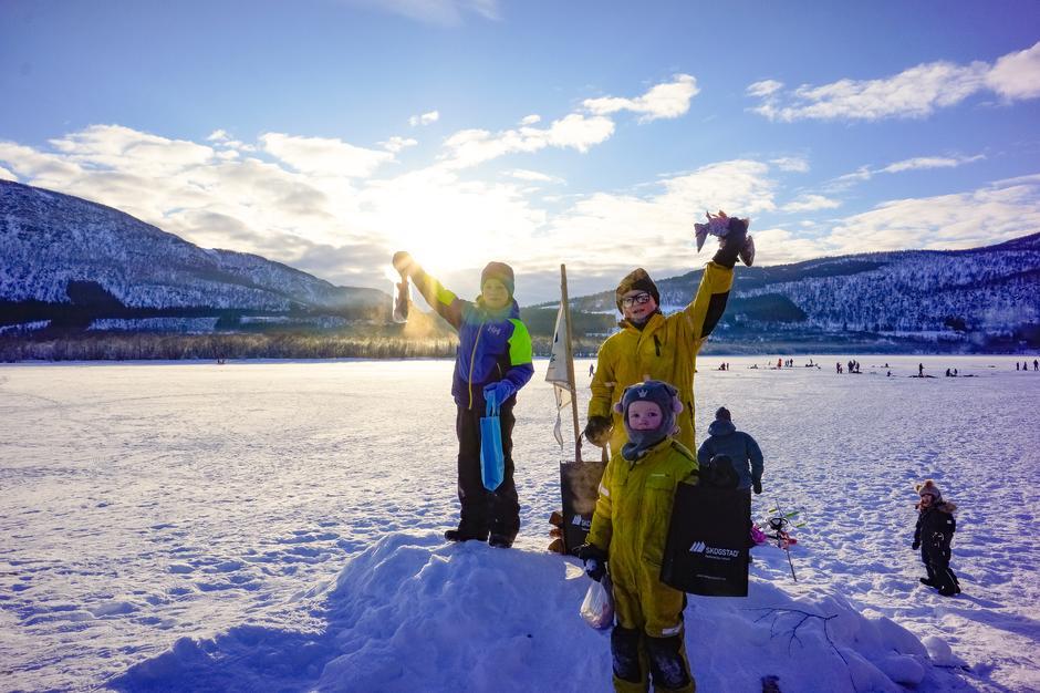 De tre vinnerne av isfiskekonkurransen